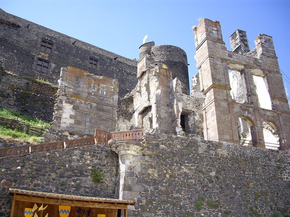 le château de Murol à 15 minutes de votre location gîte Auvergne