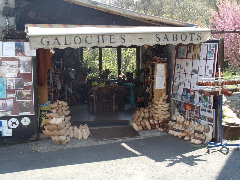 fabrication de sabots et galoche à 40 minutes de votre location gite Puy de Dôme